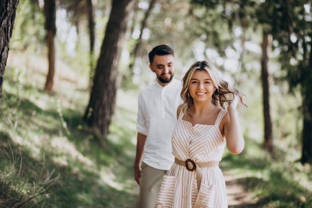 Молодая пара гуляет в лесу