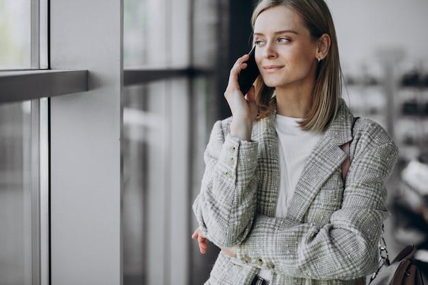 Молодая женщина, стоящая внутри офисного центра