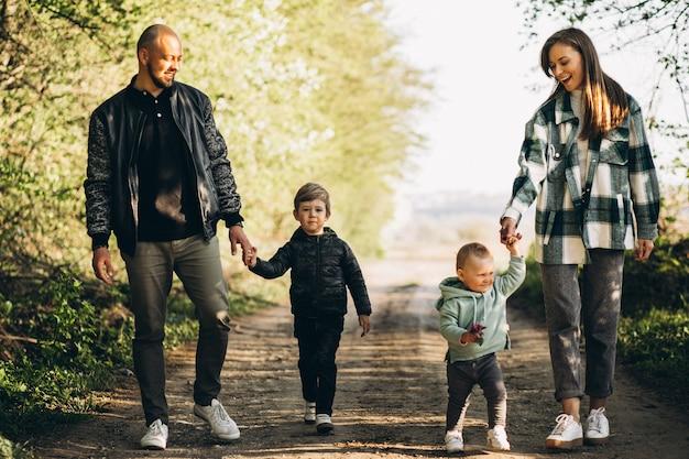 Молодые родители с детьми в лесу