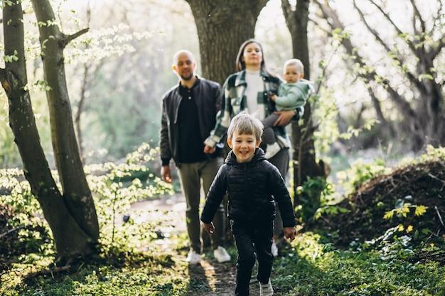 森で楽しんでいる子供たちと若い家族