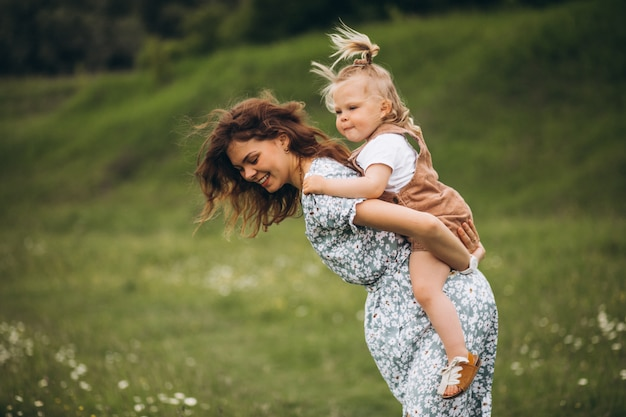 Молодая мать с маленькой дочерью в парке