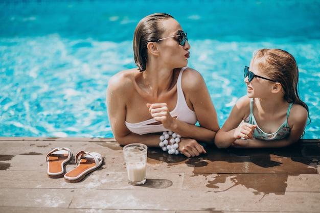 プールで楽しんでいる娘を持つ母