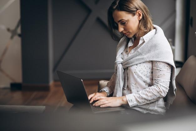 オフィスのコンピューターを持つ女性実業家