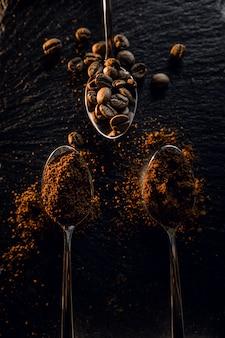 スプーンで粒状のコーヒー豆