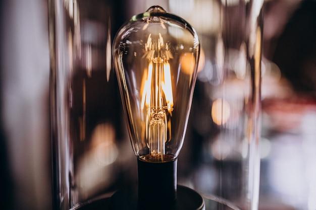 Горит лампочка в темной комнате