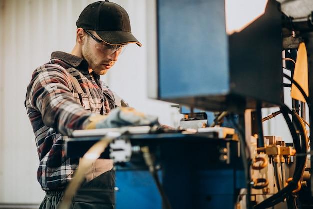 鉄鋼ファトリーと鉄鋼生産のための機器で作業する人