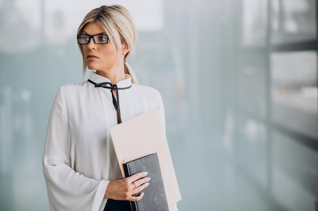 Молодая деловая женщина в стильный наряд в офисе