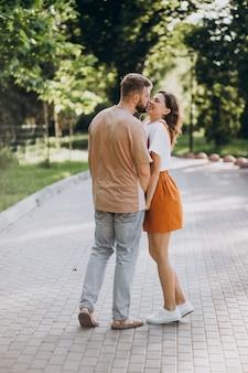 公園で一緒に若いカップル