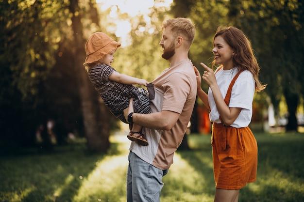 公園で彼らの小さな娘を持つ親