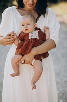 公園で赤ん坊の娘を持つ母