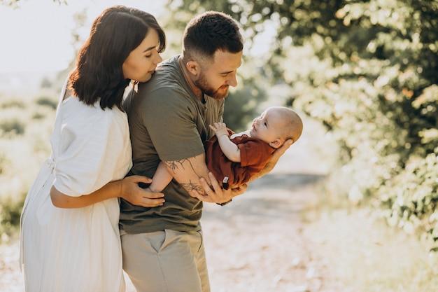 公園で赤ん坊の娘と若いカップル