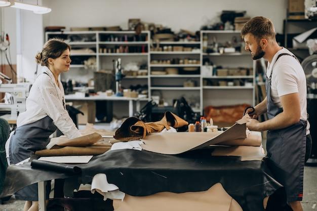 皮革産業を持つ家族のテーラー