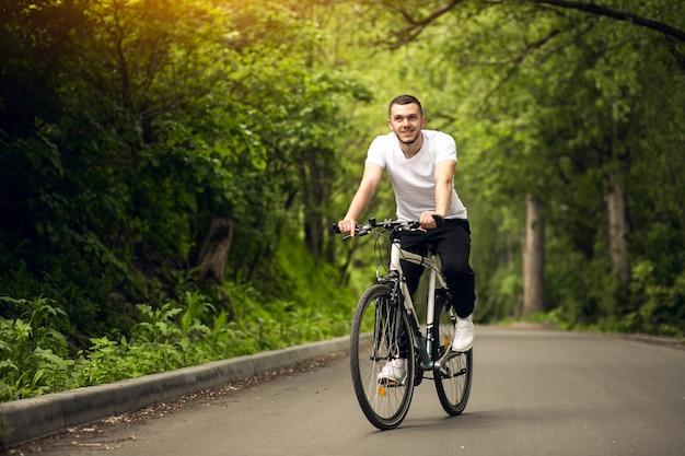 アスファルト自転車バックバイクアクティブ