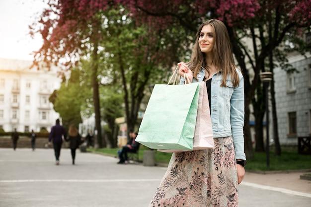 秋の買い物客ショッピングを笑う顧客の公園