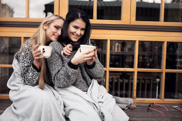 コーヒー秋のライフスタイル美しい旅行女性