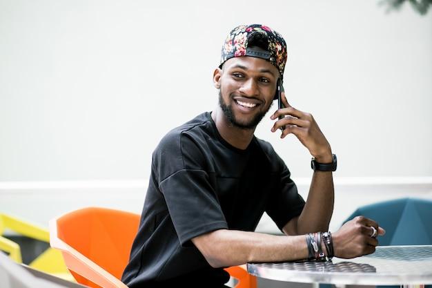Счастливый африканский разговор ходить на открытом воздухе мобильный