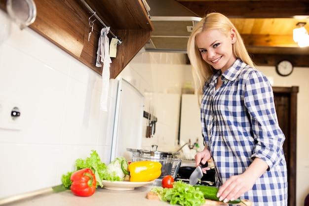 笑顔の野菜料理の女性