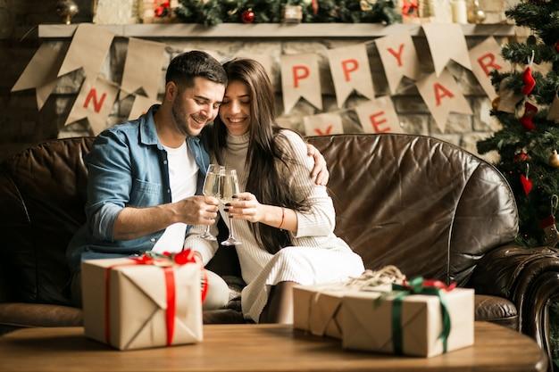 Пара на рождество с шампанским