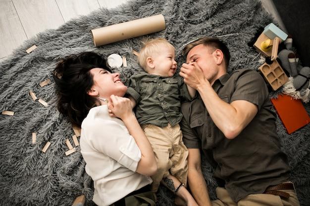 Семья у себя дома