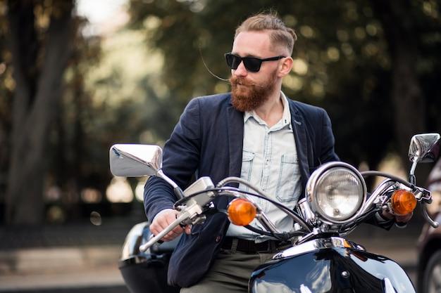 Бородатый человек на скутере