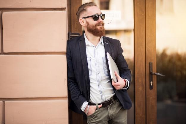 Бородатый человек с компьютером