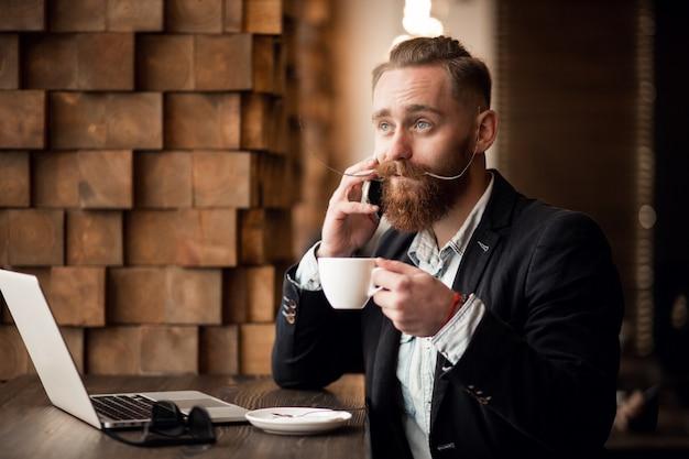 Бородатый мужчина с телефоном