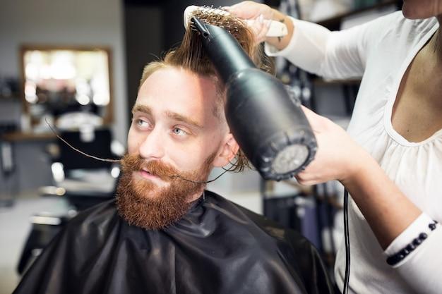 男は理髪店で