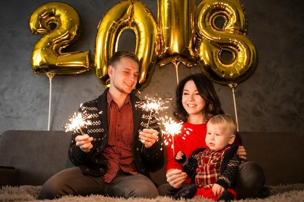 Семья празднует новый год