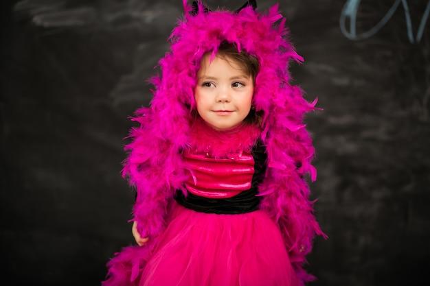 Маленькая девочка в костюме кошки