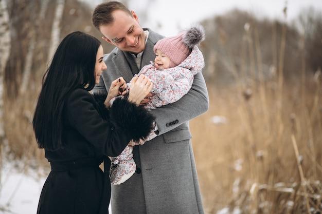 娘と冬の公園の家族
