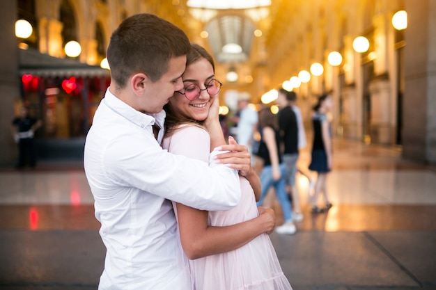 ミラノの新婚旅行のカップル