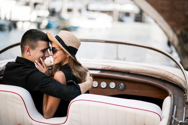 ゴンドラに座っているヴェネツィアのカップル
