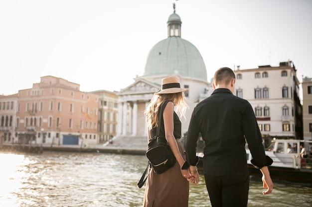Пара в медовый месяц в венеции