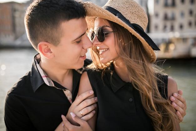 ヴェネツィアの新婚旅行のカップル