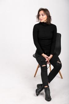 座っている椅子に座っている女性