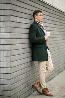 Человек в пиджаке с кофе
