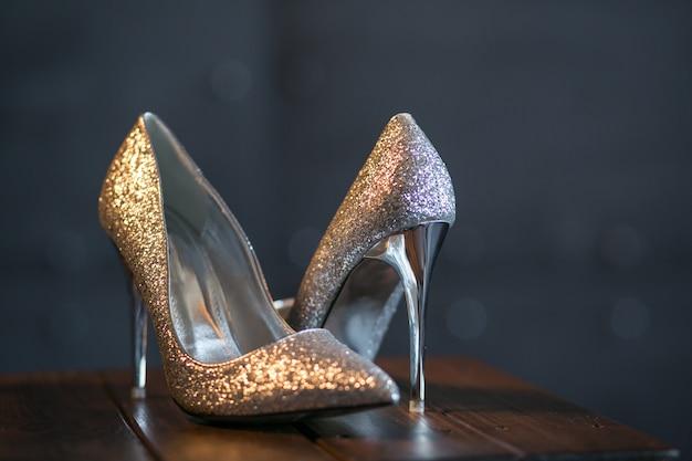 女性は靴をかかと