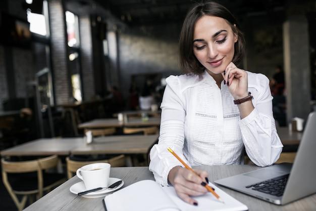 ビジネス、女性、ラップトップ