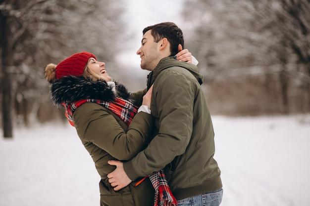 冬の公園でのカップルの肖像