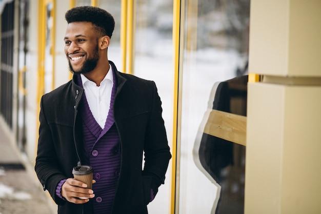 Африканский американский человек с кофе на открытом воздухе