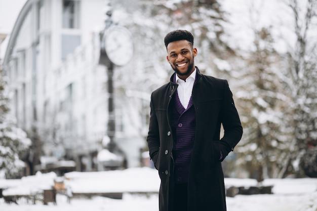 Африканский американский человек зимой на открытом воздухе
