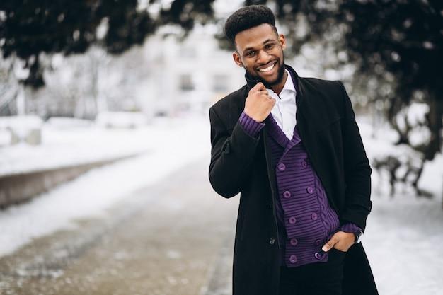 Африканский американский человек зимой