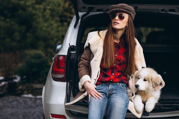 車で犬を持つ女性