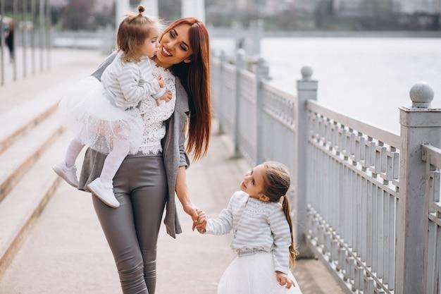 Картинки мама с дочками двумя, картинка
