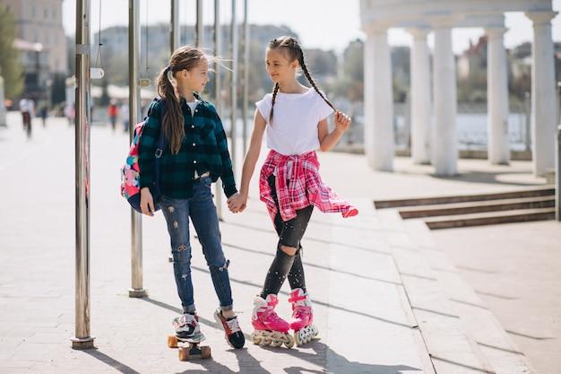 Две девушки-друзья катаются на роликах