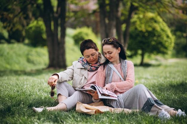 公園のピクニックでおばあちゃんのお母さんの娘