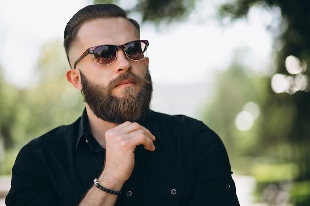 ひげを持つ男