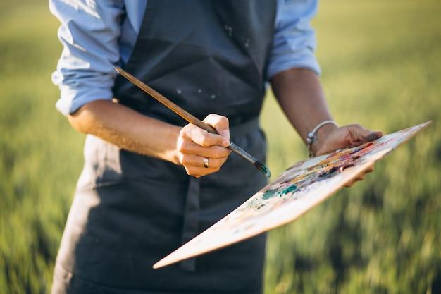 フィールドに油絵具を塗った女性画家