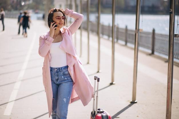 Женщина с дорожной сумкой