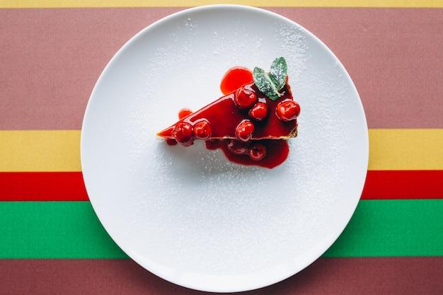 Чизкейк ломтик на тарелке